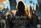 Imagem de divulgação do jogo mobile Harry Potter: Mistérios de Hogwarts. Nela, vemos uma pessoa de cabelos na altura no ombro de costas, representando um personagem criada por um fã. Ele segura uma carta de que foi aceito em Hogwarts. Do lado esquerdo do personagem, vemos Dumbledore fazendo um feitiço que conjura borboletas azuis. Do lado de Dumbledore, em menos destaque, dois alunos: um menino da Corvinal com cachecol escrito P, provavelmente por ser um monitor. Ao seu lado, uma garota mais baixa de tranças e loira, da Lufa-lufa. Do lado direito da personagem principal que está de costas, vemos o Professor Snape, sério e, ao seu lado, uma aluna da Sonserina de cabelos curtos e com olhar maldoso. Ao fundo da imagem, vemos Hogwarts e dois alunos voando de vassoura. Há quatro logos na imagem: Jam City, à esquerda. Ao centro, o logo do filme, Harry Potter: Hogwarts Mystery, e à direita, da Warner Interactive Entertainment e da Portkey Games.