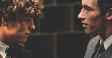 Newt e Teseu conversam no Ministério da Magia.