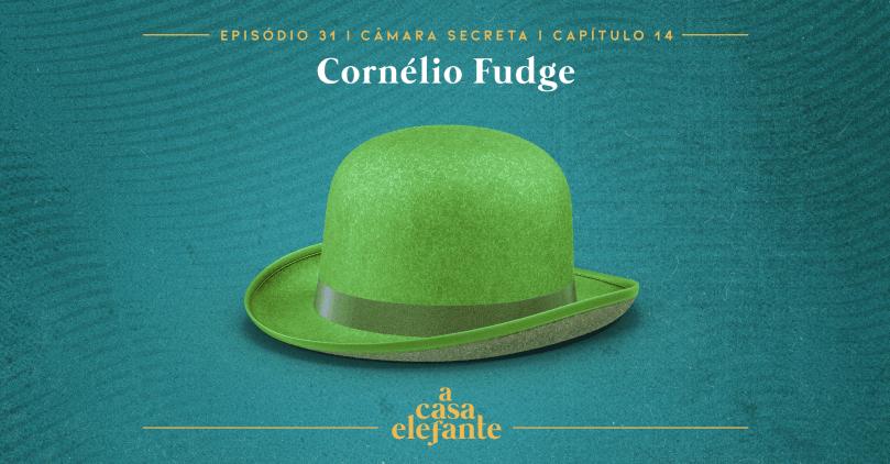 Fundo em tonalidades de verde água, com texturas de xerox e pó. Em destaque, um chapéu coco verde-limão. Na parte superior, temos o nome do capítulo em branco, e na inferior, o logo do podcast em amarelo.