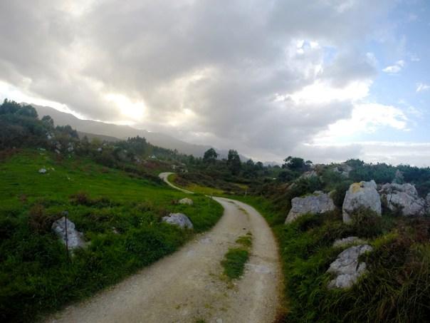 Asturias es uno de esos sitios que invitan a caminar y disfrutar del paisaje. Tanto mejor si puedes ver una maravilla natural como son los Bufones.