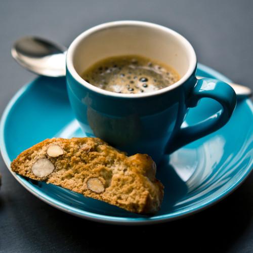 Italialaisten biscotti-keksien taikinaan voi myös lisätä pähkinöitä, kuten esimerkiksi manteleita ja hasselpähkinöitä. Tämä keksi tarjoillaan usein kahvin kera.