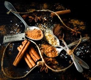 Mausteseoksen mausteita on lusikoissa.