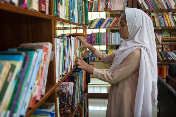 A Library Thrives, Quietly, in One of Pakistan's Gun Markets