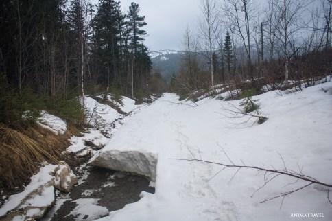 На подъемах снега уже заметно больше