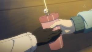 パンさん付きドリンクを雪乃に手渡す八幡の図