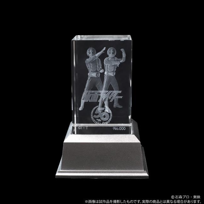 『仮面ライダー』より、クリスタルガラスに1号&2号の勇姿をレーザー彫刻で施したクリスタルアートが登場!