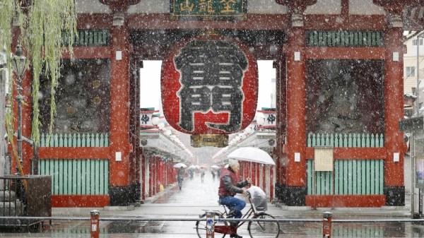 Sne foran Asakusa templet i Tokyo 24/11/2016 | Kyodo