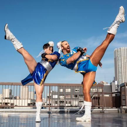 Chun-Li (Street Fighter) cosplayers med de passende ben