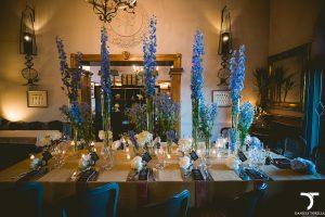 allestimento bianco e celeste con candele per tavolo imperiale