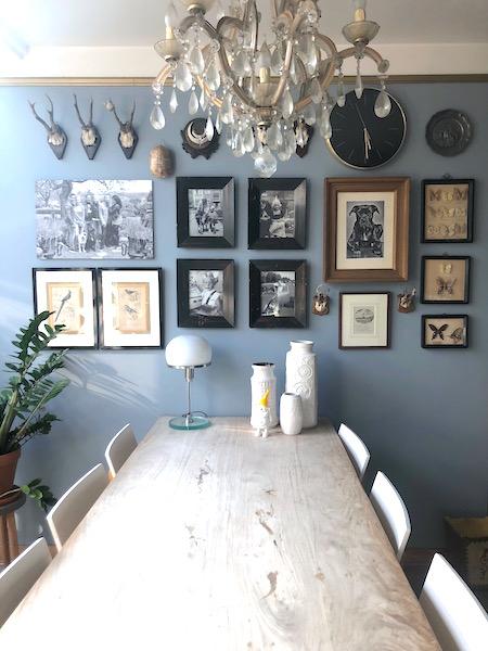 gallery wall blauwe muur