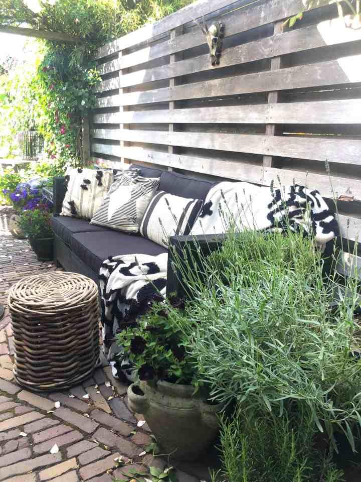 Genieten van de tuin-loungeplek