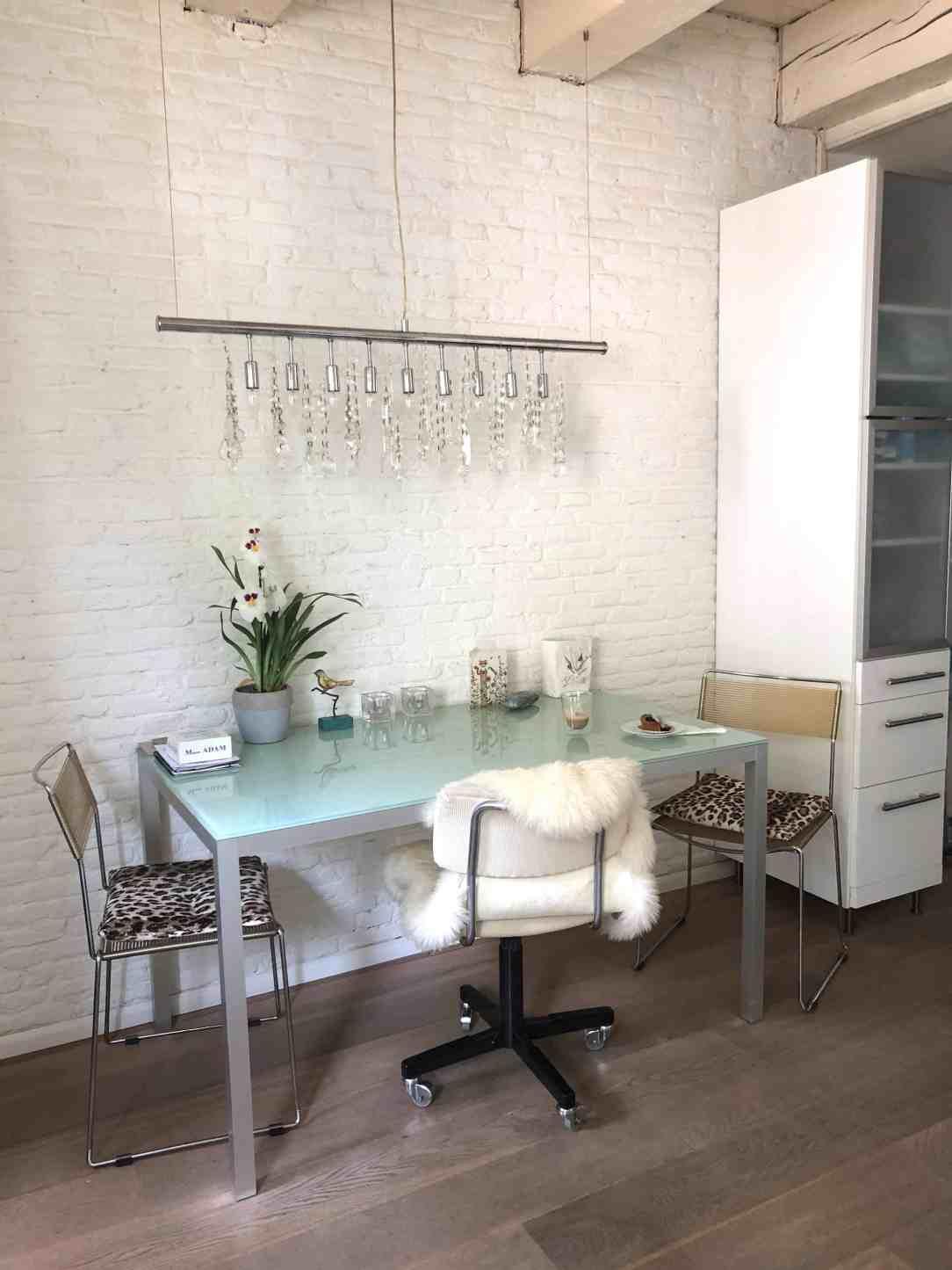 wonen op 55 m2-witte bakstenen muur