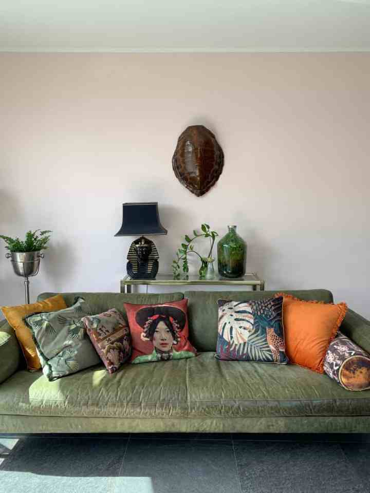 kleur in huis met kussens
