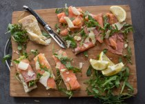smoked salmon & rucola on a board with bread