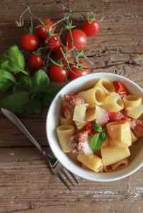 Pasta with Italian sausage and fresh Tomatoes, a fast, easy and delicious family recipe. The perfect homemade anytime pasta dish/anitalianinmykitchen.com