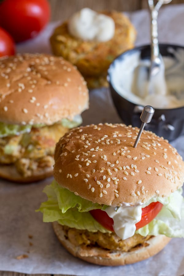 salmon burgers with yogurt sauce