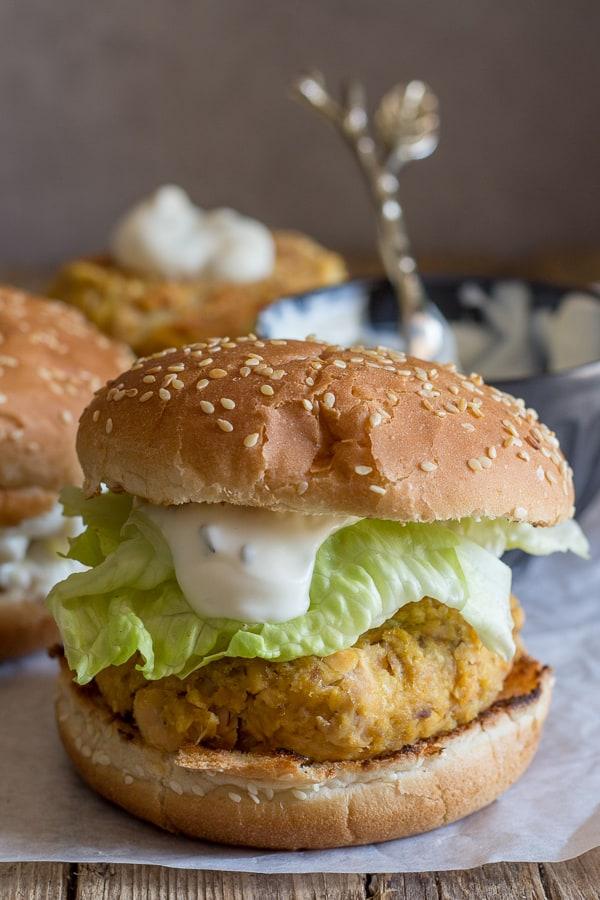 salmon burgers with yogurt sauce