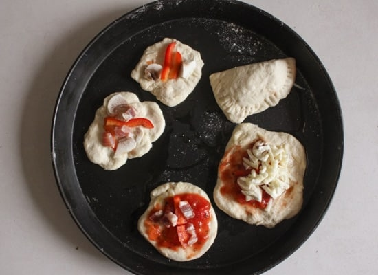 Pizzette Mini Calzoni , mini pizzas and calzoni, easy,delicious appetizers or snacks, perfect for parties or get togethers, kids will love them.