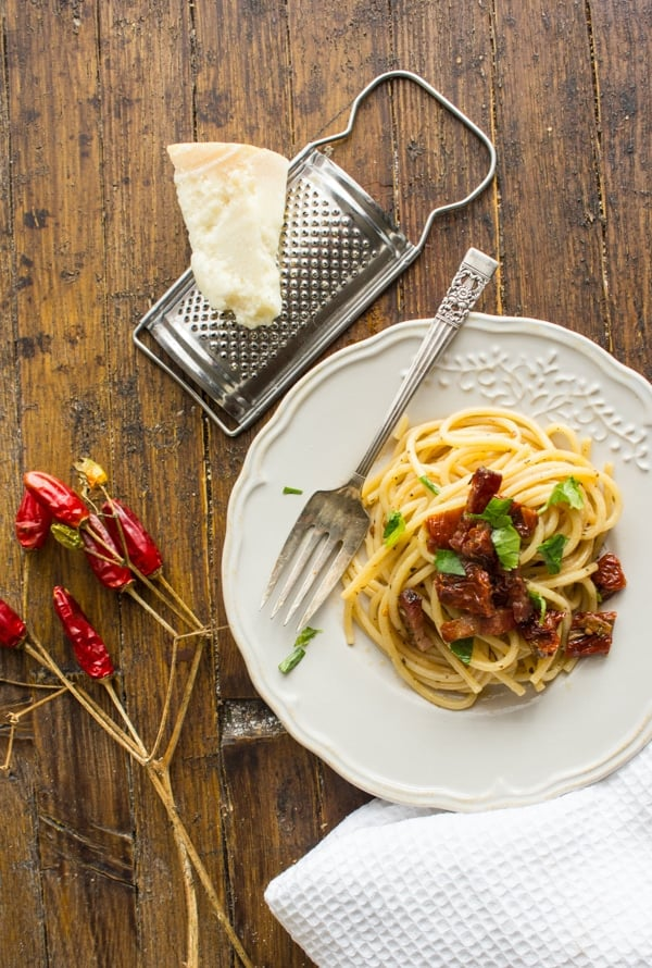 Spaghetti with Sun-Dried Tomatoes and Pancetta, a fast, easy and so tasty Italian Pasta dish recipe. Ready in 20 minutes. The perfect healthy combination.