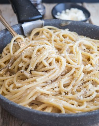 cacio e pepe in a black pan