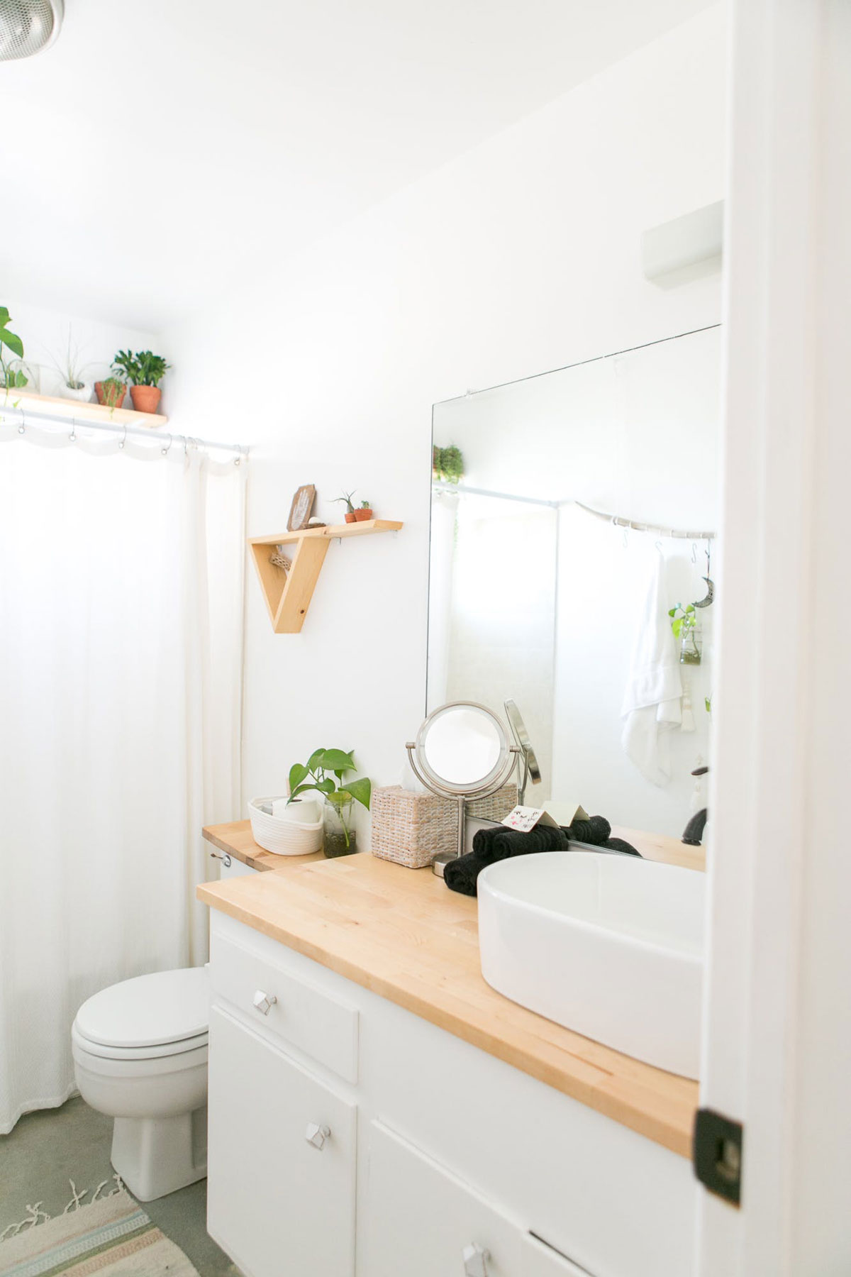 Desert Inspired Bathroom at Casa Joshua Tree Apartment Therapy Home Tour Photo Cred: Marisa Vitale