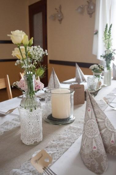 Vase mit Rosen und Schleierkraut