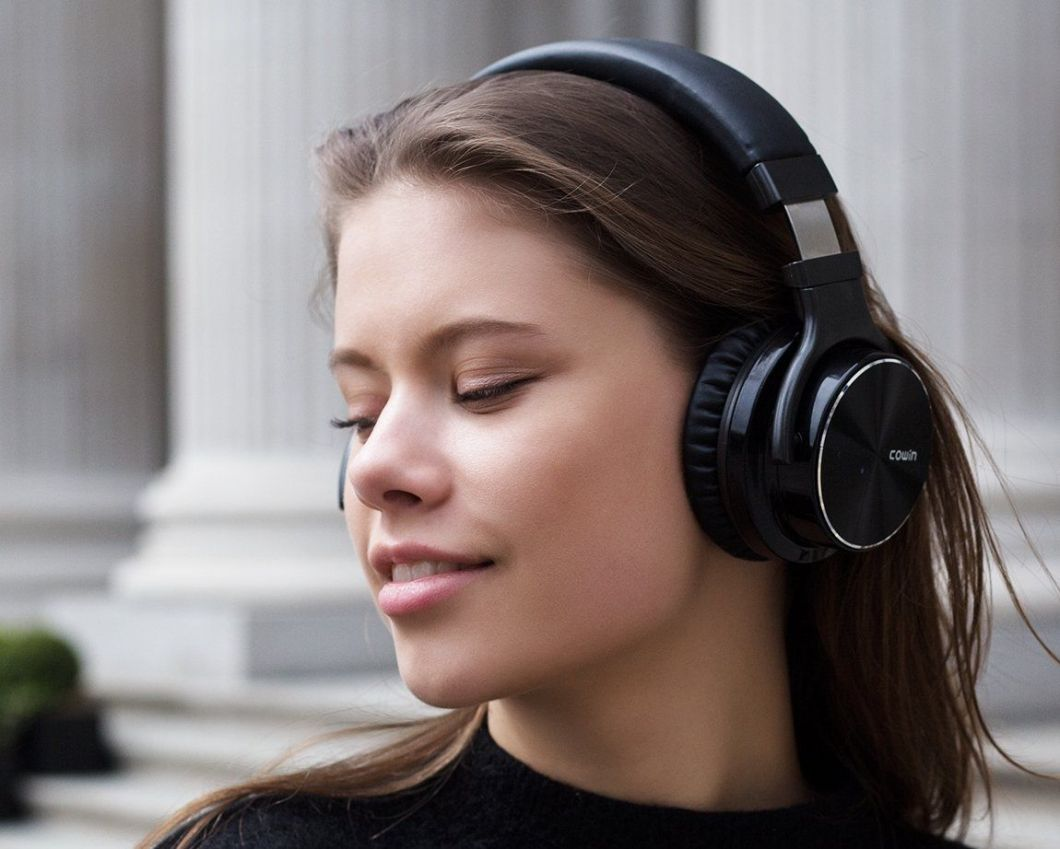 Deep discounts on wireless noice-cancelling headphones fromCOWIN.