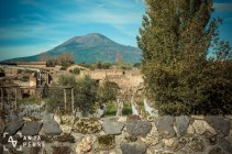 The king of disasters, Vesuvius, is still looking at the ruins of Pompeii