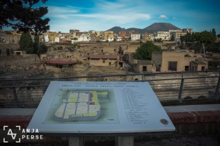 The map, the city and Mount Vesuvius, the master of disaster...