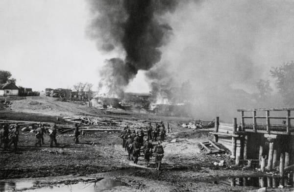 Deutsche Infanterie vor einem brennenden Dorf während der Operation Barbarossa