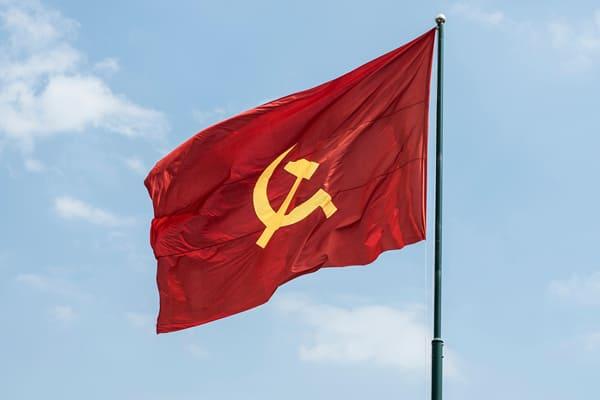 Kommunistische rote Fahne mit Hammer und Sichel