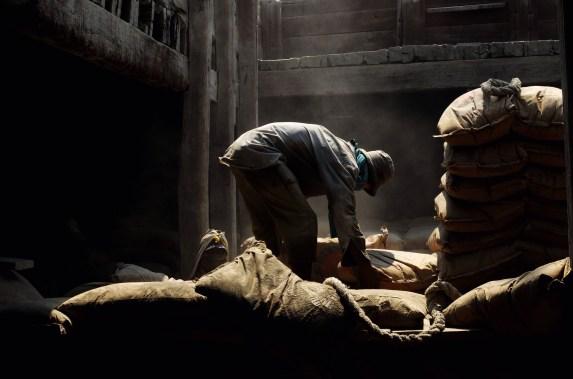 Seorang buruh angkut menata sak-sak semen ke dalam Lambung Kapal di Pelabuhan Sunda Kelapa, Jakarta, Jumat (21/11/14). Buruh angkut Sunda Kelapa mampu menata/mengangkut 5-7 truk semen per hari ke dalam lambung kapal.