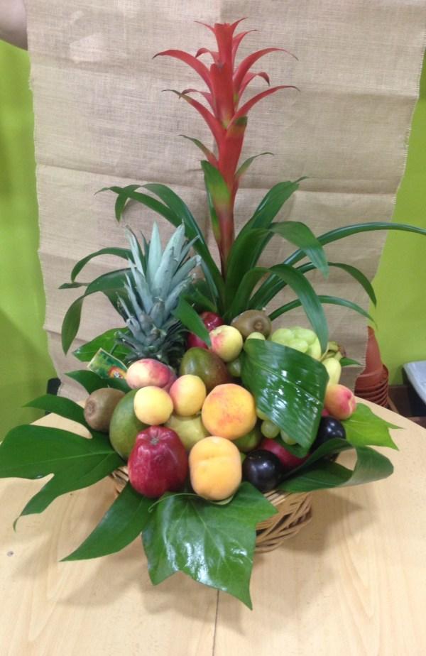 002 cesta de frutas y guzmania