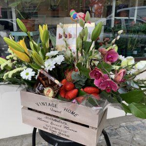 004_caja_de_flor_variada_y_detalles_dulces