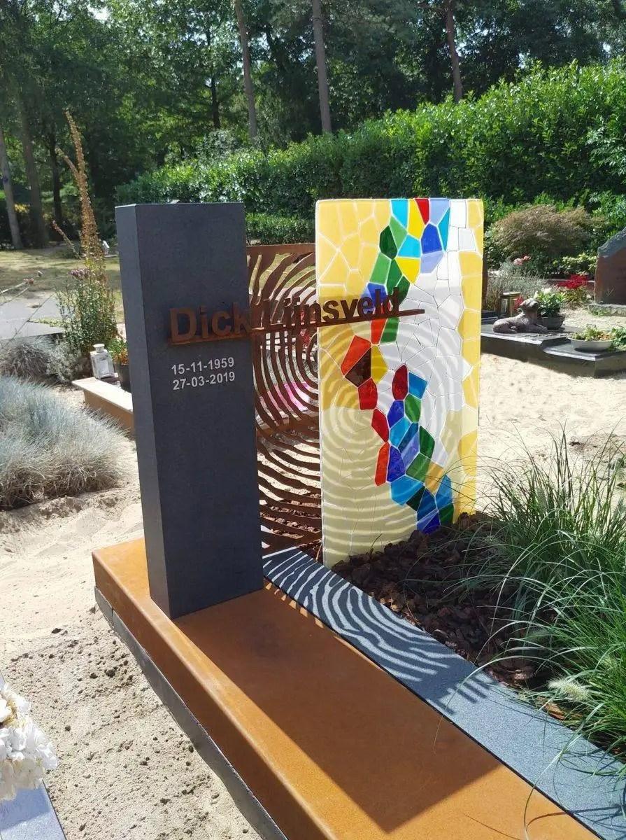 AnnaAnna gedenktekens, grafstenen met glas, graniet en uniek vormgegeven vingerafdruk in Cortenstaal