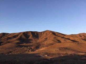 Suluppgång över närmaste berget, precis utanför hotellrummet. Nära till naturen och träningsstigarna.