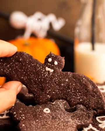 Halloween Chocolate Sugar Cookies! Delicious recipe for easy treat, super fun to make and 100% vegan! via@ annabanana.co