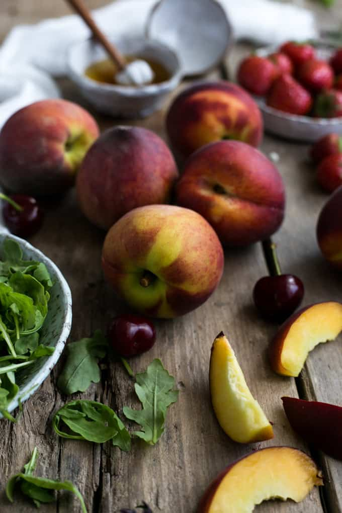 Summer peach salad with fresh rocket and dill | via @annabanana.co