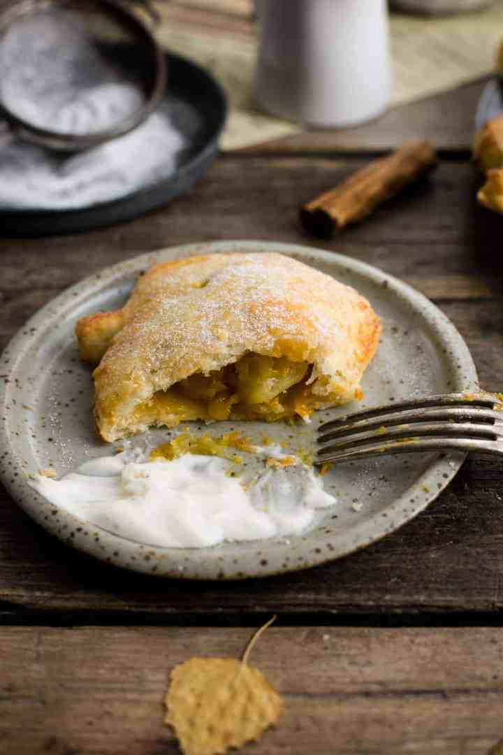 Hand pies with spiced apple and pumpkin filling #vegan #pumpkin | via @annabanana.co