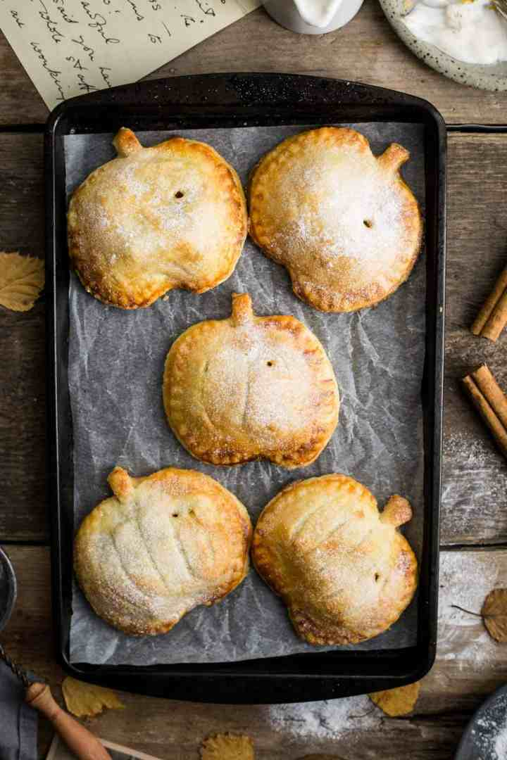 Spiced apple hand pies with pumpkin #vegan #applepie | via @annabanana.co
