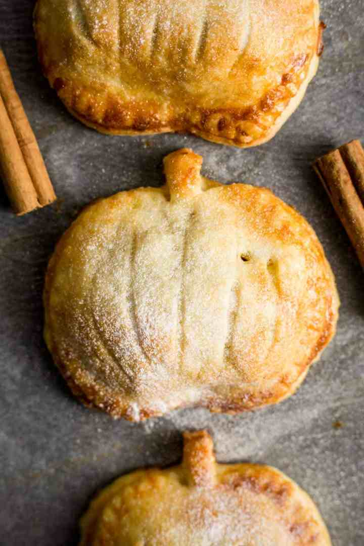 Hand pies with spiced apple and pumpkin filling #vegan #pumpkin #applepie | via @annabanana.co