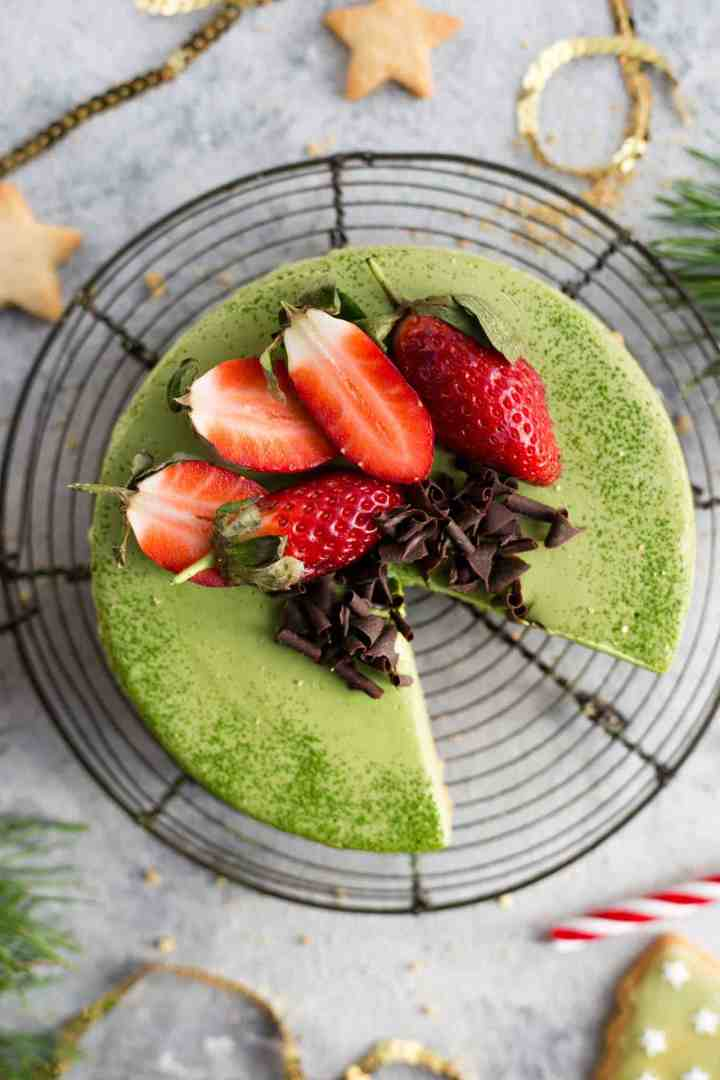 Matcha cheesecake with a festive spin! Super creamy and smooth cheesecake with ginger flavoured base! #vegan #dairyfree #cheesecake #matcha | via @annabanana.co