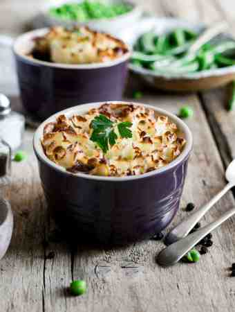 Mini lentil shepherd's pies recipe! Comfort food at its best, super easy to make! #vegan #veggiepie #lentilpie | via @annabanana.co