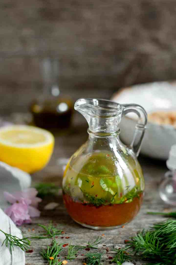 Tomato and quinoa salad jars with homemade vinaigrette #veganrecipe #healthymeal #mealprep | via @annabanana.co