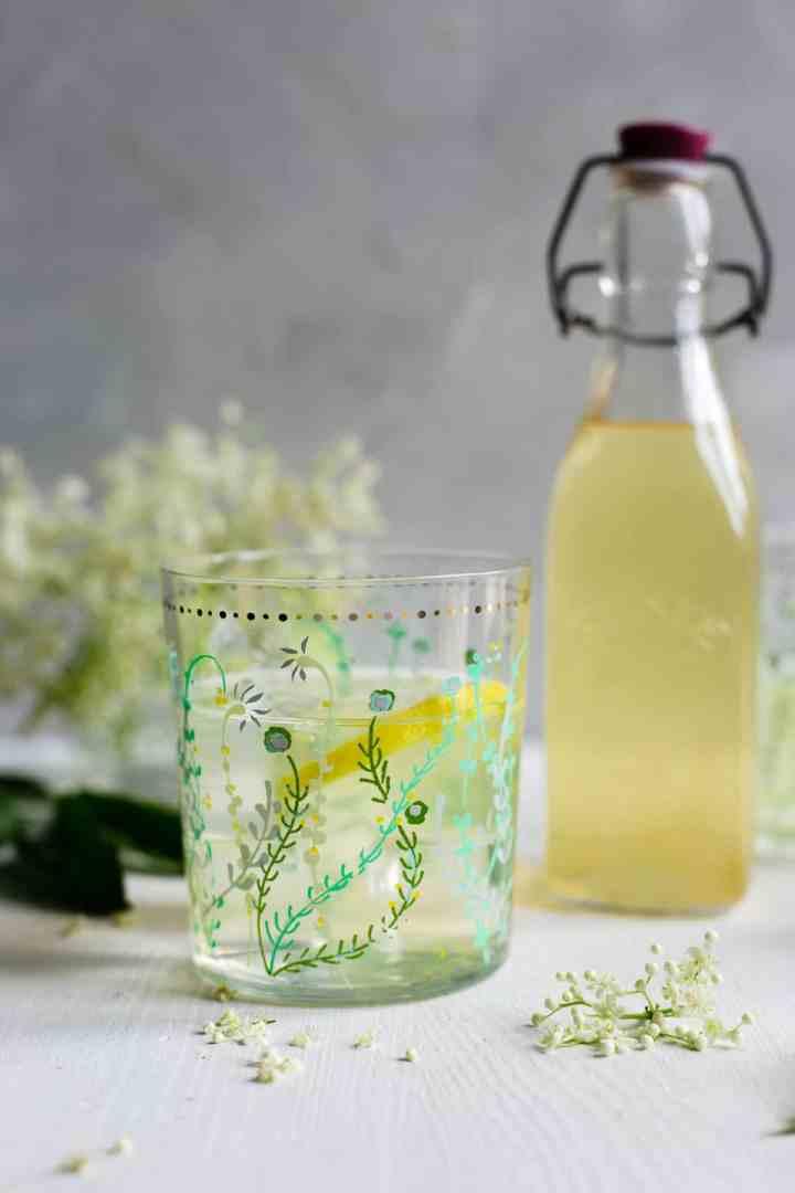 Classic elderflower cordial, delicious and fragrant drink, ideal for summer days! #elderflower #summerdrink #homemade   via @annabanana.co