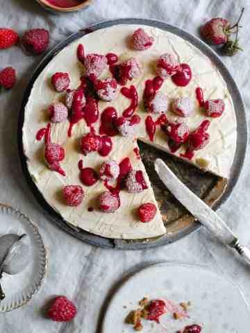Classic no-bake raspberry and white chocolate cheesecake. Always a crowd pleaser! #cheesecake #raspberries #nobakedessert #easyrecipe | via @annabanana.co