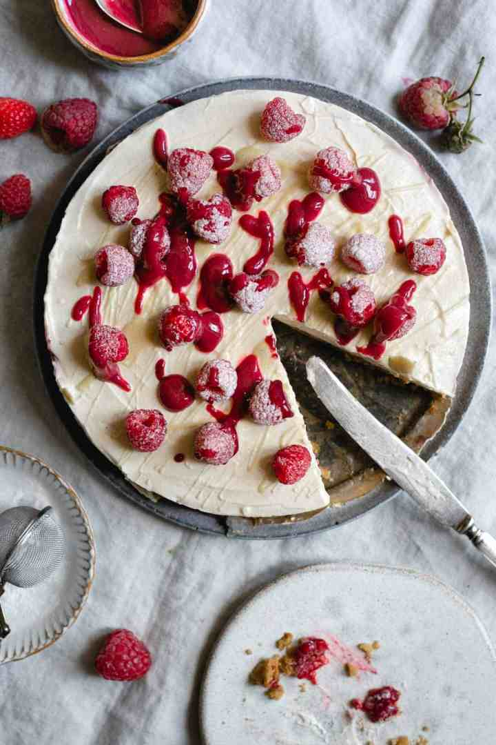 Classic no-bake raspberry and white chocolate cheesecake. Always a crowd pleaser! #cheesecake #raspberries #nobakedessert #easyrecipe | via @annabanana.co
