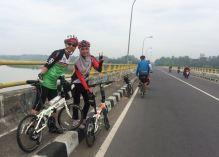 Mbak Dyah dan saya di Jembatan Srandakan
