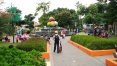 Di tengah alun-alun ada taman air macur, dengan buah apel raksasa sebagai buah khas Kota Batu.