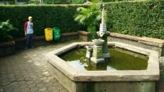 Titik tengah labirin adalah taman dengan kolam kecil.